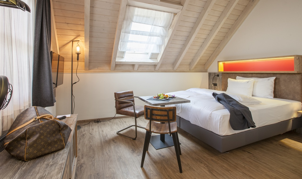 Lifestyle swiss chalet suite boutique hotel thessoni for Zimmer suite